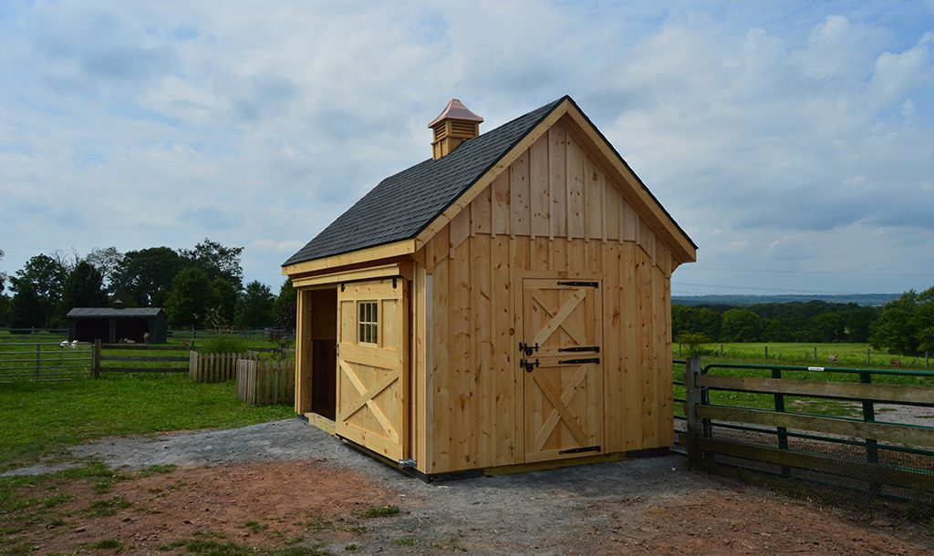 Small horse barn with maximum space
