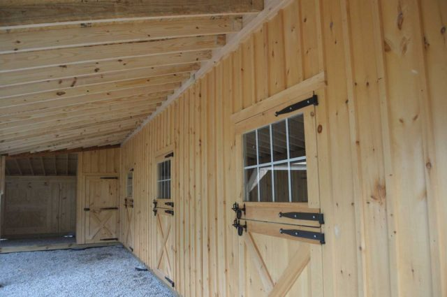 barn with grooming stall