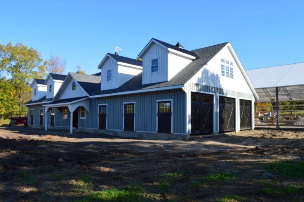 Large horse barn with 7 stalls